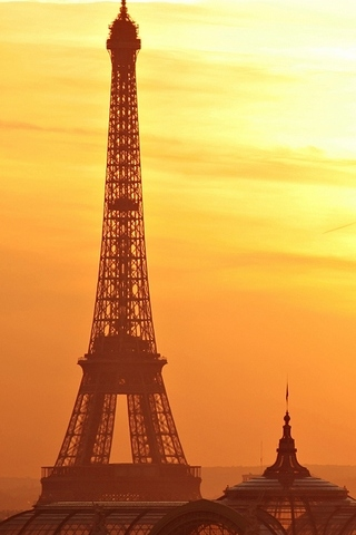 Effiel-tower-at-dusk