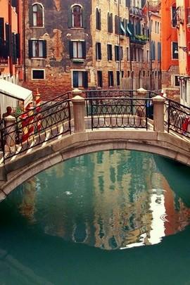 작은 다리와 도시