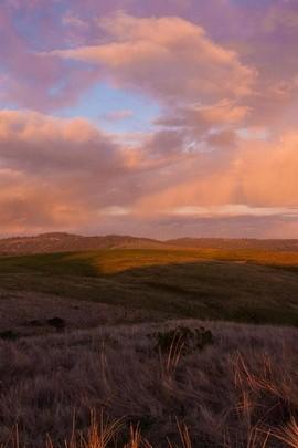 Zachód słońca nad wzgórzem