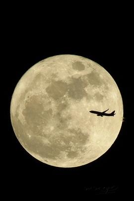القمر و الطائرة.