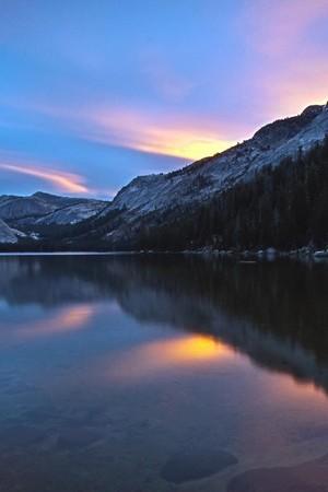 غروب الشمس على ضفاف البحيرة