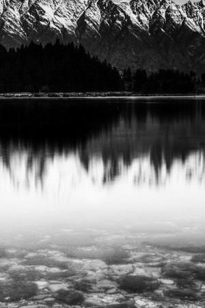 काले और सफेद बर्फ पर्वत
