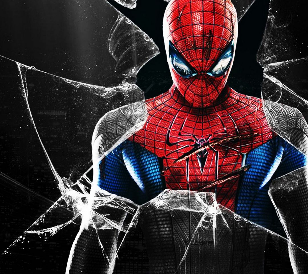 目の前のガラスが割れたスパイダーマンの画像