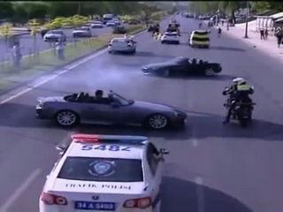 Hombre se burla de la policia con su auto deportivo