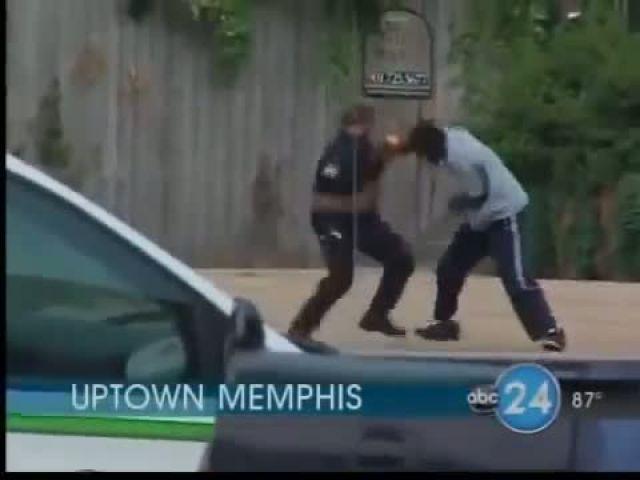 Policia peleando en la calle alo MMA Muy bueno