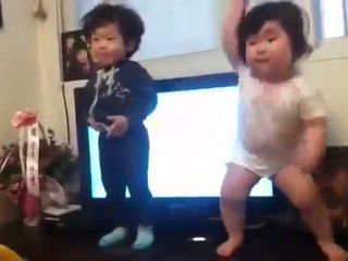 Cuties babies dance to K-pop!