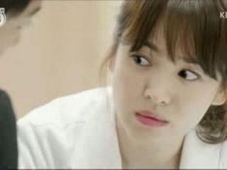 [Desc3ndants of The Sun] The way Yoo Shi Jin looks at Kang Mo Yeon