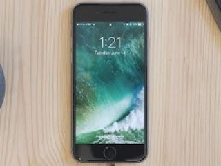 iOS 10's Overhauled Lock Screen!