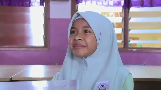 Parodi Budak Sekolah Tersepit Di Kerusi